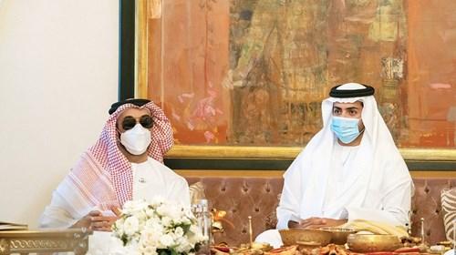 طحنون بن زايد وإلى جانبه محمد بن سلطان بن خليفة
