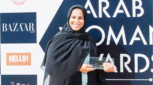 بن حمرور أثناء حصولها على جائز المرأة العربية في فئة الطب (الصور من المصدر)