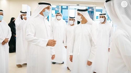 خالد بن زايد يستمع إلى شرح عن الخدمات التي يقدمها المركز