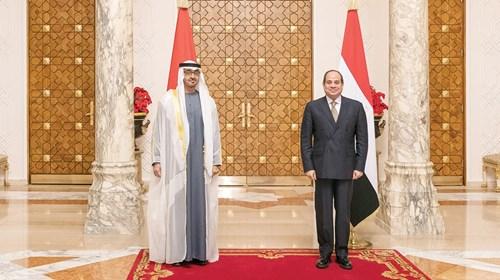 محمد بن زايد وعبدالفتاح السيسي خلال الاستقبال