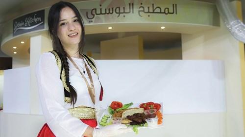 الزي التقليدي أثناء تقديم الأكل البوسني