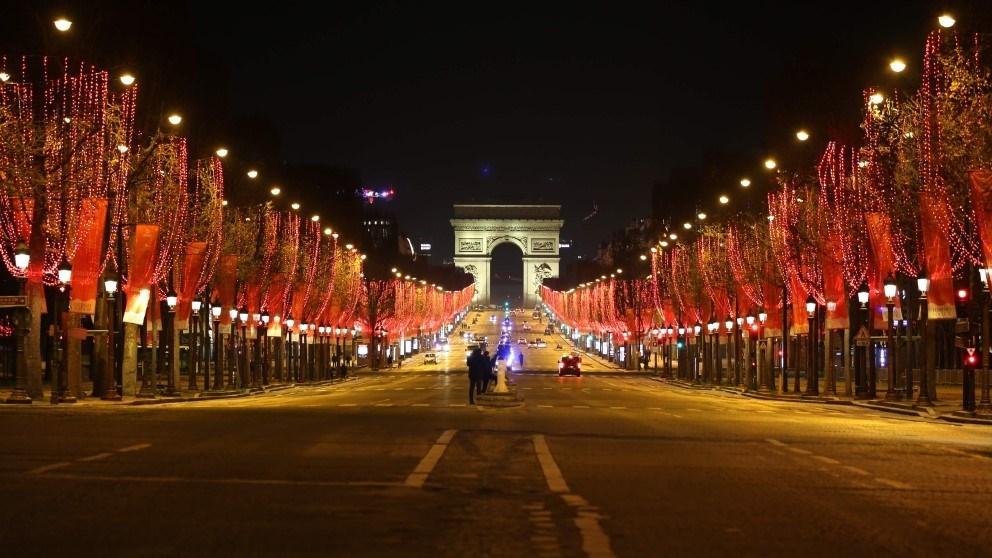 شارع الشانزيليزيه في باريس يخلو من المحتفلين