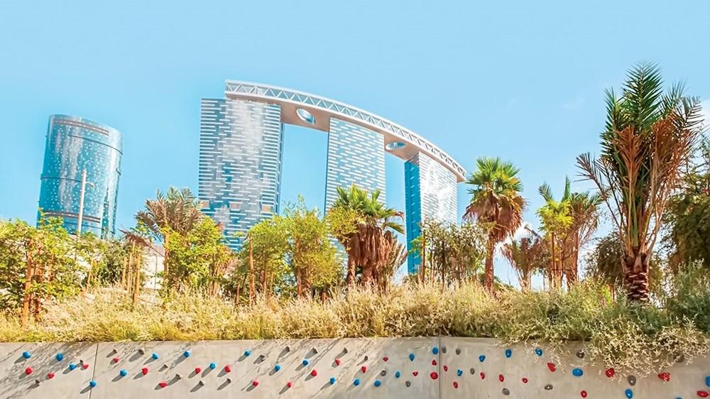 حديقة الفي في جزيرة الريم تم تصميمها بطريقة فريدة لتخلق بيئة شبيهة بالغابات