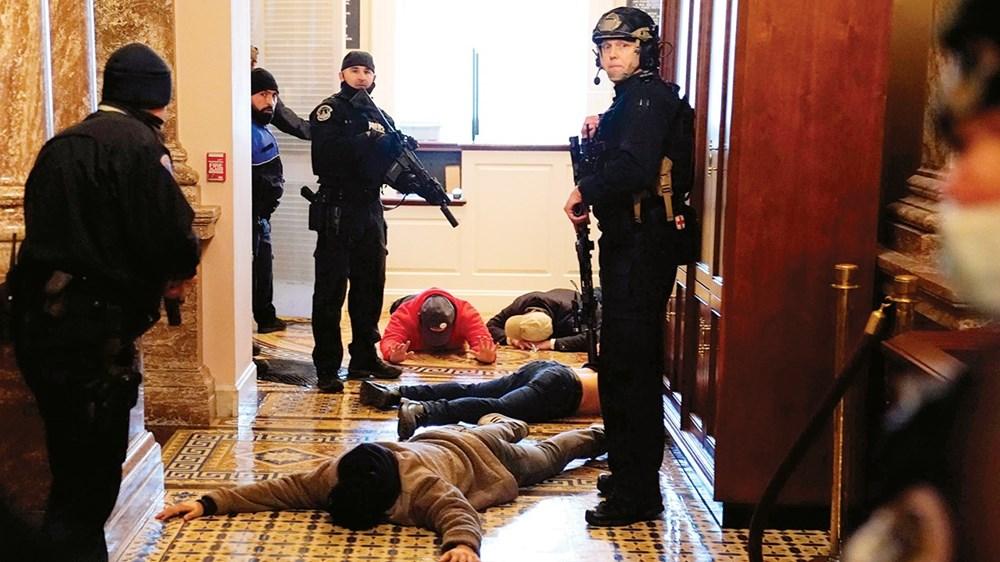 الشرطة الأميركية تحتجز عدداً من أنصار ترامب خارج قاعة مجلس النواب في الكونجرس (أ ف ب)