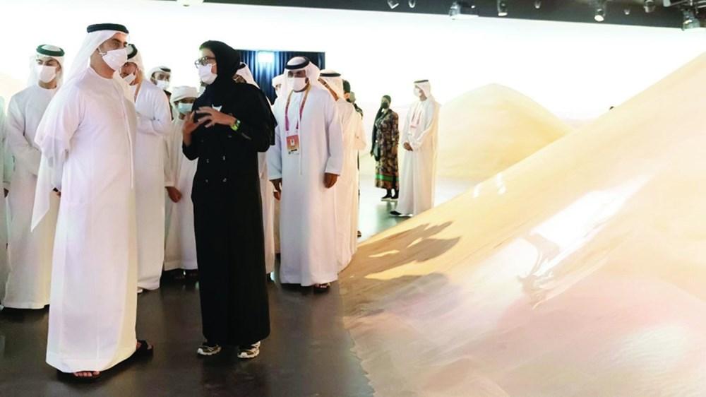 سيف بن زايد وخالد بن زايد والشيوخ خلال زيارة جناح الإمارات
