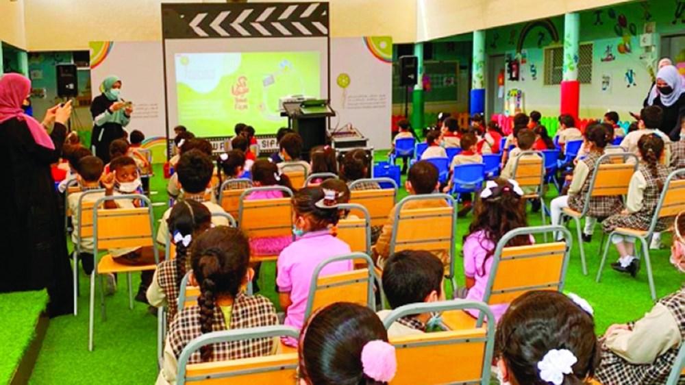 خلال عرض الأفلام في المدارس (الصور من المصدر)