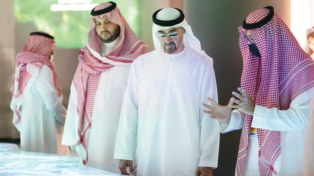 محمد بن زايد يستمع إلى شرح حول محتويات الجناح بحضور تركي بن محمد بن فهد