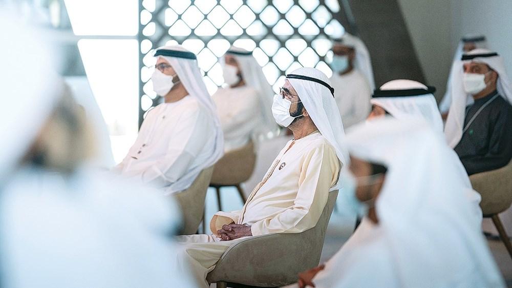 محمد بن راشد خلال حضوره المحاضرة ضمن فعاليات خلوة الخمسين وفي الصورة محمد القرقاوي