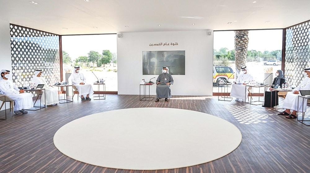 منصور بن زايد خلال الاجتماع الذي عقد ضمن أعمال الخلوة أمس بحضور محمد القرقاوي وسلطان الجابر وعهود الرومي وعدد من كبار المسؤولين