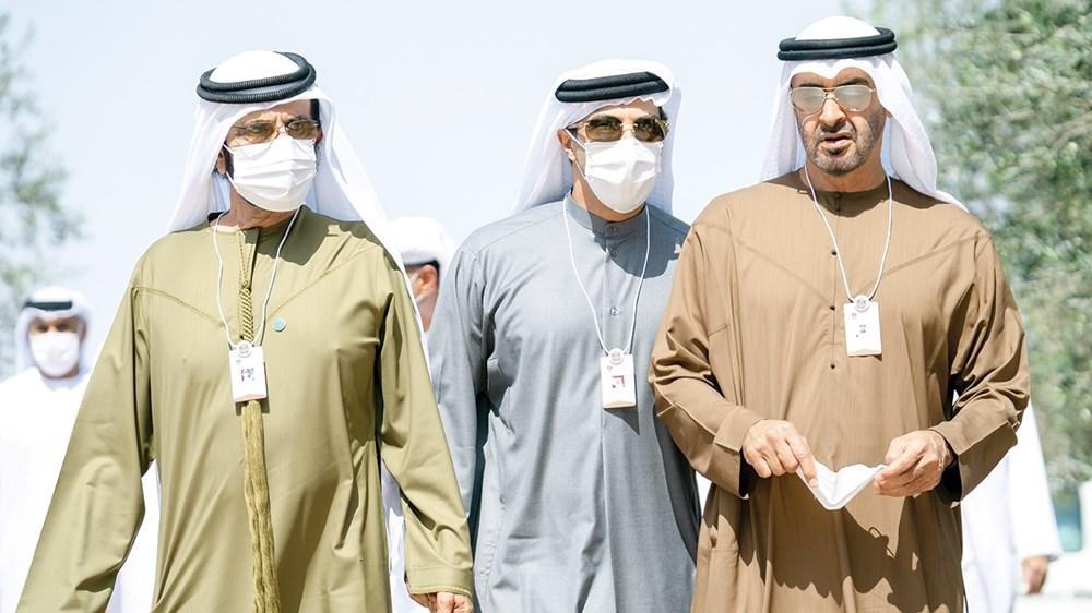 محمد بن راشد ومحمد بن زايد خلال الخلوة بحضور منصور بن زايد (وام)