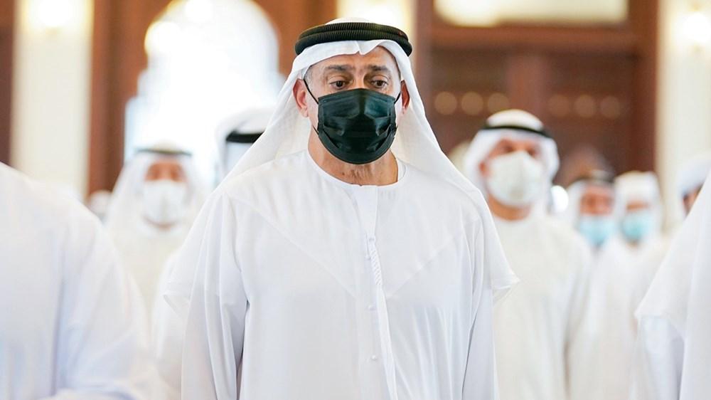 سلطان بن خليفة خلال الصلاة على الجثمان