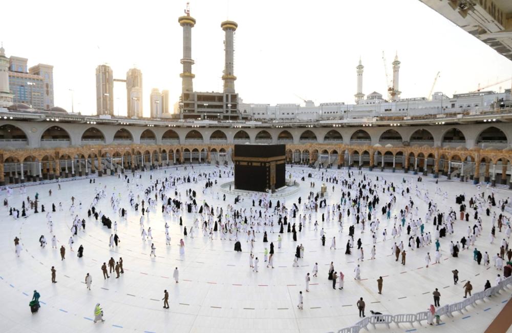 شاهد.. محصنون ضد كورونا يؤدون مناسك العمرة في بداية رمضان