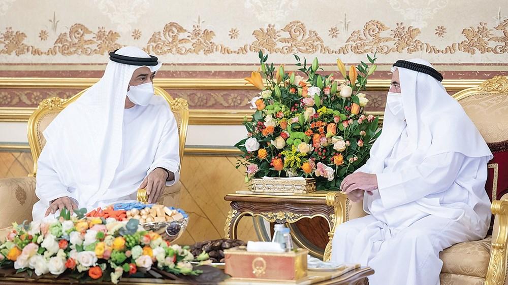 محمد بن زايد في حديث مع سلطان القاسمي خلال اللقاء