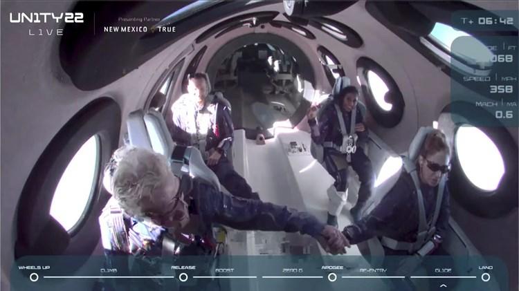 برانسون والطاقم والمسافرون أثناء التحليق في الفضاء