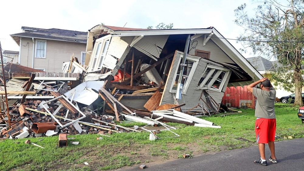 رجل يتفقد منزله المنزل جراء الإعصار